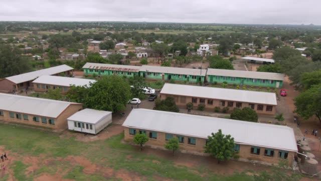 stockvideo's en b-roll-footage met overhead luchtfoto van een school in zuid-afrika - school building