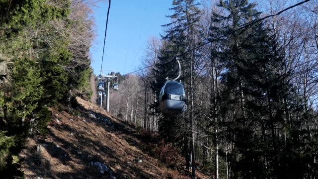 overhead cable car transportation - inquadratura dalla sciovia video stock e b–roll