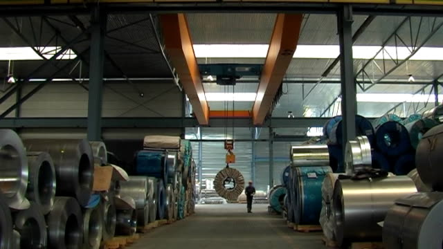 stockvideo's en b-roll-footage met overhead crane in storehouse - staal