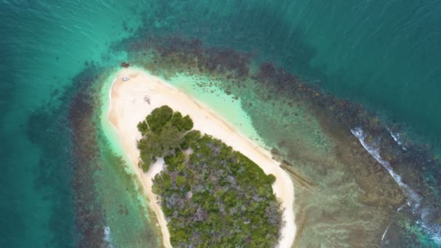 overhead descending aerial view of a white sand cay in the caribbean sea with turquoise waters - moving down stock videos & royalty-free footage