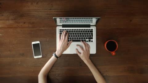 overhead skrivbord med laptop och kvinnliga händer att skriva - skrivbord bildbanksvideor och videomaterial från bakom kulisserna