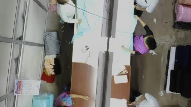 overhead-aufnahmen aus einer verpackungsabteilung einer textilfabrik - business in india - textilfabrik stock-videos und b-roll-filmmaterial