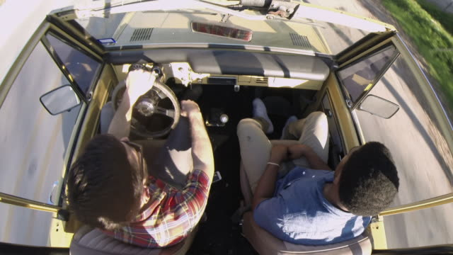 overhead gopro shot of friends on road trip driving classic ford bronco - vagare senza meta video stock e b–roll