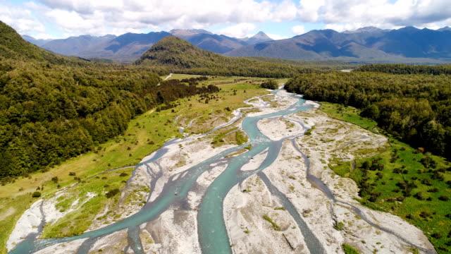 vidéos et rushes de vue aérienne de grand fleuve maruia, région de canterbury, nouvelle-zélande. - nouvelle zélande