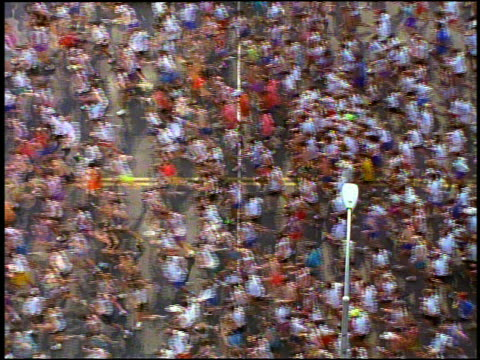 vídeos de stock e filmes b-roll de overhead medium shot marathon runners starting race - amador