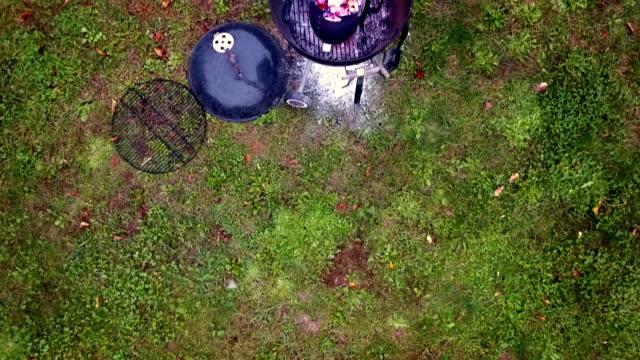 vídeos de stock, filmes e b-roll de overhead of charcoal barbecue grill with smoke rising - equipamento doméstico