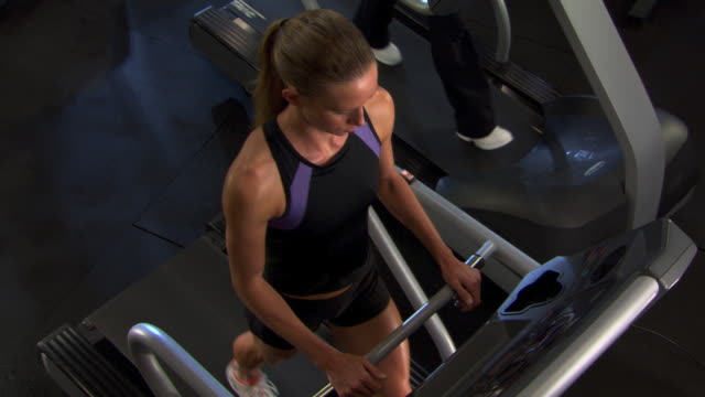 vídeos de stock, filmes e b-roll de overhead of woman on treadmill - self discipline