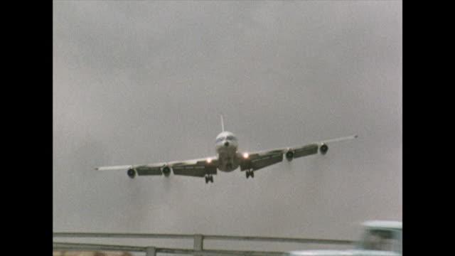 overhead cu of plane landing at kai tak airport; 1972 - luftfahrzeug stock-videos und b-roll-filmmaterial