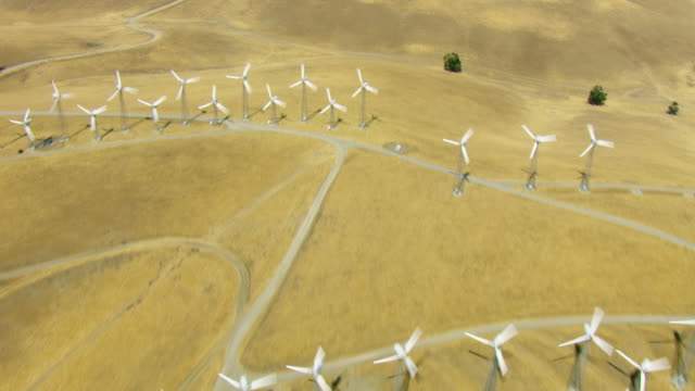 overhead shot flying over wind farm - energia rinnovabile video stock e b–roll