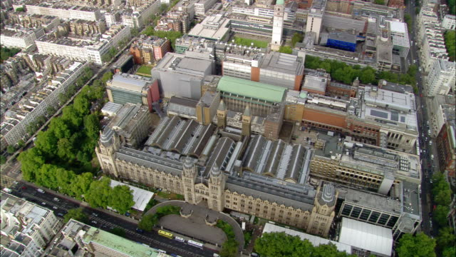 vídeos de stock, filmes e b-roll de overhead shot natural history museum / aerial wide shot pan imperial college, albert hall and albertopolis / london, england - royal albert hall