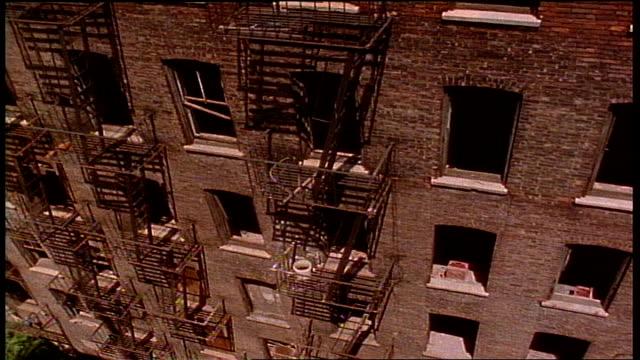 vídeos y material grabado en eventos de stock de overhead shot of abandoned building and its windows in nyc - salida de incendios