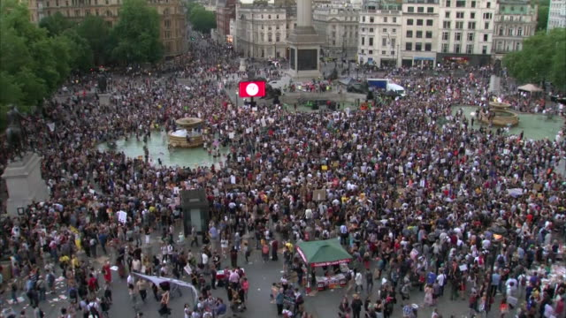 overhead shot of anti-trump protesters gathering in trafalgar square on july 13, 2018. - human rights or social issues or immigration or employment and labor or protest or riot or lgbtqi rights or women's rights stock videos & royalty-free footage