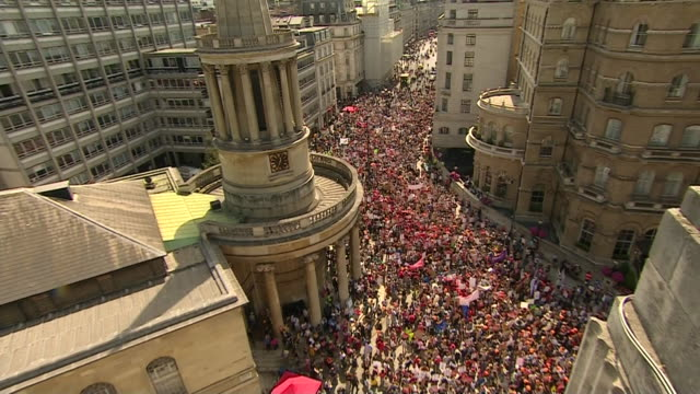 overhead shot of anti-trump protesters in london on july 13, 2018. - human rights or social issues or immigration or employment and labor or protest or riot or lgbtqi rights or women's rights stock videos & royalty-free footage