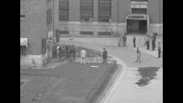 stockvideo's en b-roll-footage met overhead shot of crowd of reporters on roof of building looking down into prison yard of jackson state prison / shot from above of group of men... - gevangenisbewaker