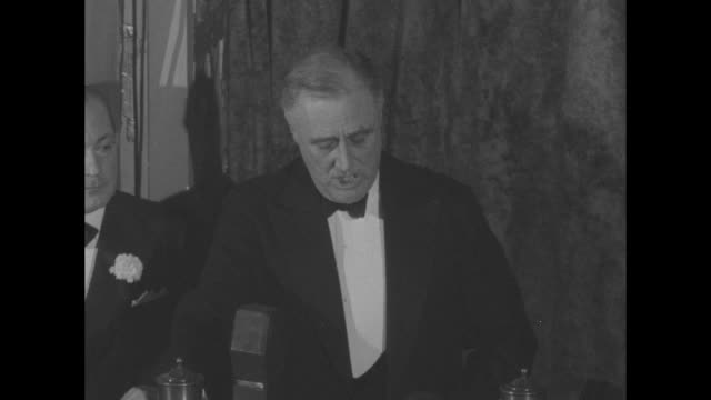 overhead shot of guests at dinner / pres franklin roosevelt sitting at banquet table postmaster general james a farley to his left officials standing... - 1937 stock videos & royalty-free footage
