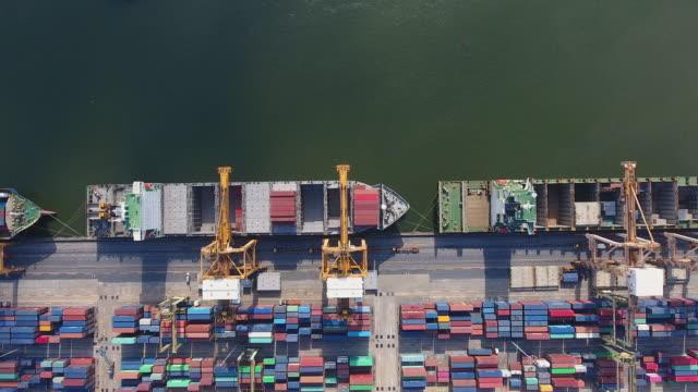 vídeos y material grabado en eventos de stock de disparo de techo del puerto industrial con contenedores en la luz del sol de la mañana, vídeo aéreo - grulla de papel