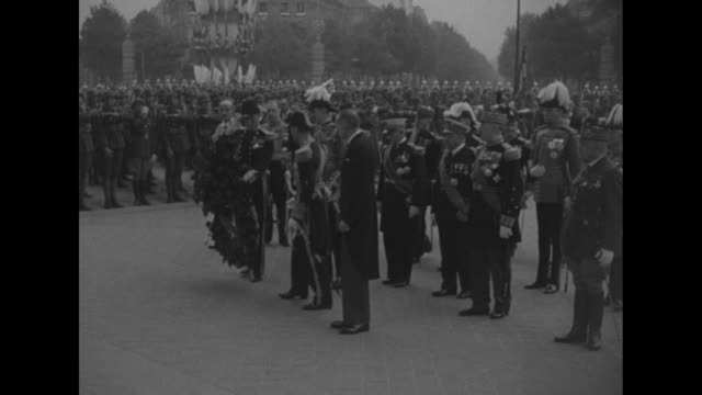 overhead shot of motorcade coming down champs-elysees escorted by cavalry / wide overhead shot of motorcade pulling up at arc de triomphe / closer... - courtyard stock videos & royalty-free footage