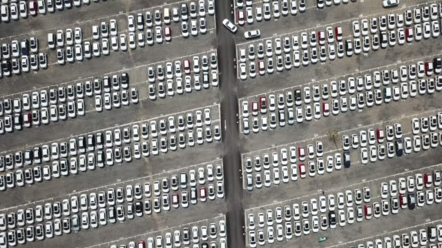 vídeos de stock e filmes b-roll de overhead shot of new cars in the parking lot, aerial view - repetição conceito