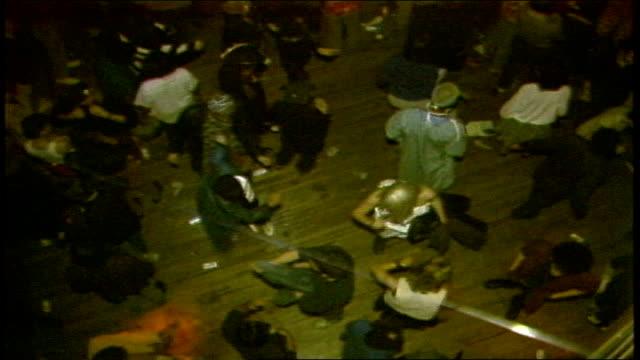 vidéos et rushes de overhead shot of people dancing at concert in nyc - 1980 1989