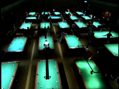 vídeos y material grabado en eventos de stock de overhead shot of pool hall and girl shooting from table in los angeles - salón de billares