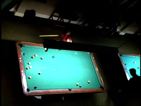 vídeos y material grabado en eventos de stock de overhead shot of pool hall in los angeles - salón de billares