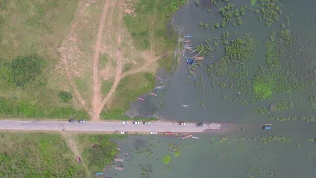 Overhead schot van landelijke straat Cover door Water, weg loopt via verzonken velden