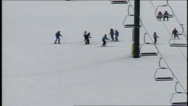 vídeos de stock e filmes b-roll de overhead shot of skiers and ski lifts in butte colorado - roupa de esqui