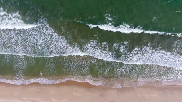 overhead schuss von tropischen meer und strand mit wellen brechen, aerial video - klammer stock-videos und b-roll-filmmaterial