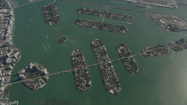 stockvideo's en b-roll-footage met overhead shot of venetian islands - venetian causeway bridge