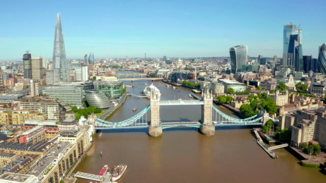 overhead shot on river thames and london, aerial view - fluss themse stock-videos und b-roll-filmmaterial