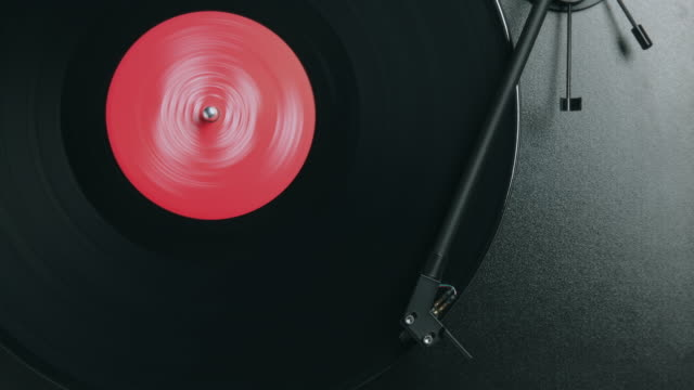 stockvideo's en b-roll-footage met overhead stop motion of a record album spinning on a turntable - draaitafel