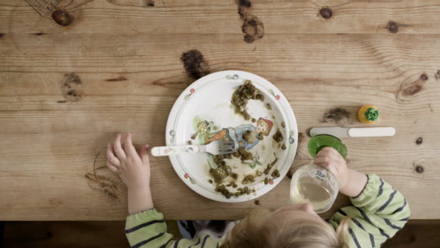 vidéos et rushes de overhead view child eating - assiette