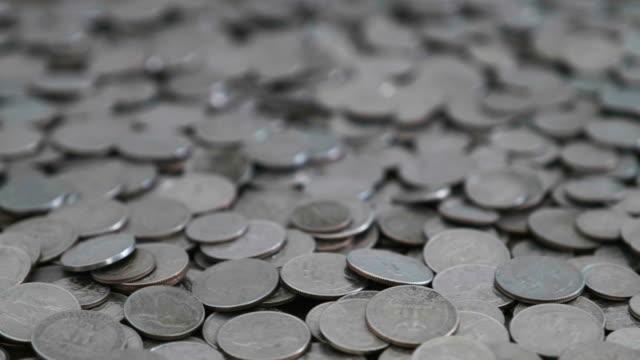 stockvideo's en b-roll-footage met bovenaanzicht van een heleboel amerikaanse munten - vijf dollarcent