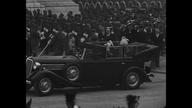 overhead view of arc de triomphe / open limousine carrying king george vi in uniform and other dignitaries stops french soldiers in background /... - esercito militare francese video stock e b–roll
