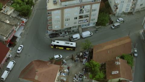 stockvideo's en b-roll-footage met overhead view of city bus in istanbul neighborhood - commercieel landvoertuig