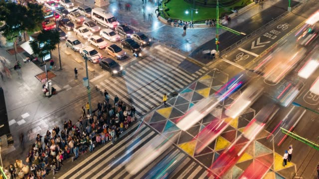 vídeos de stock e filmes b-roll de overhead view of crossroads in mexico city - time lapse de trânsito
