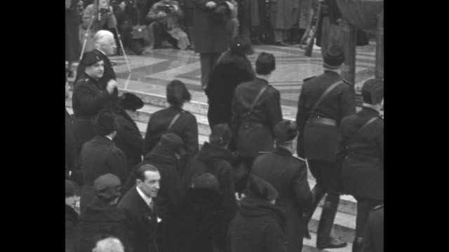 vídeos de stock, filmes e b-roll de overhead view of crowd of people walking across plaza / crowd of people standing in front of victor emanuel monument and on steps leading up to... - ouro metal