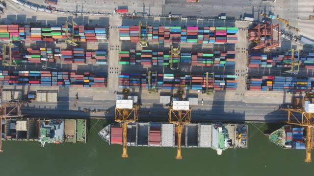 vídeos y material grabado en eventos de stock de vista aérea del puerto industrial con contenedores de barco - grulla de papel