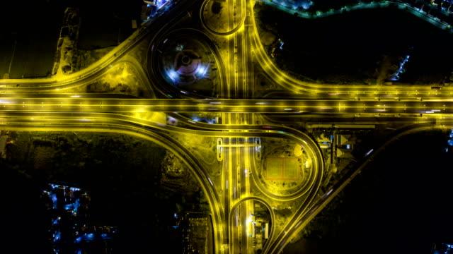 Draufsicht der Nachtverkehr am Autobahnkreuz in Bangkok, Zeitraffer-video