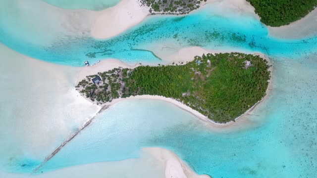 overhead view of one foot island with small boats on beach - aitutaki lagoon stock videos & royalty-free footage