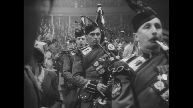 vídeos de stock, filmes e b-roll de overhead view of scottish bagpipers entering albert hall, audience applauding, during reunion of british veterans of burma campaign / bagpipers... - royal albert hall