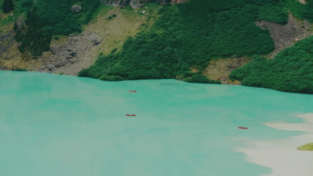 overhead view of tourist canoe across the world famous, lake louise in banff national park shot in 4k video - besichtigung stock-videos und b-roll-filmmaterial