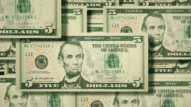 vídeos de stock e filmes b-roll de overhead view of wall of cascading $5 dollar bills, u.s. currency - símbolo do dólar