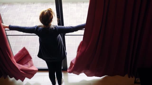 Blickwinkel von Frau zu Fuß durch das moderne Zuhause