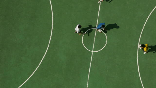 vídeos de stock e filmes b-roll de ws overhead view or  men playing football /singapore - campo de futebol