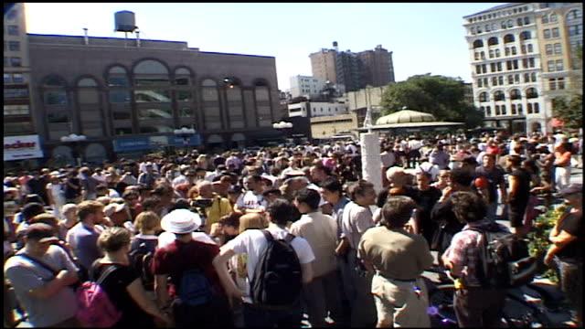 overhead wide shot of crowds in union square park - attentati terroristici dell'11 settembre 2001 video stock e b–roll