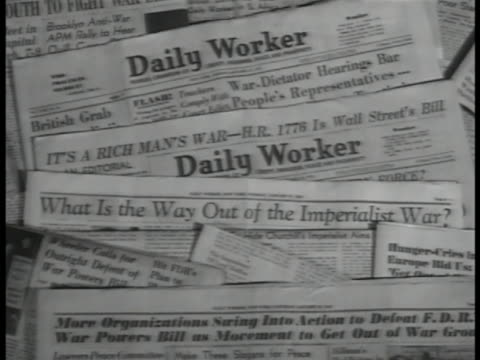 vidéos et rushes de overlapping editions of british communist newspaper 'daily worker' exposing headlines dramatization male in suit reading 'daily worker' sot... - communisme