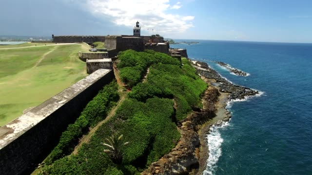 vídeos de stock, filmes e b-roll de overlook of an old san juan fort in puerto rico with the ocean - porto riquenho
