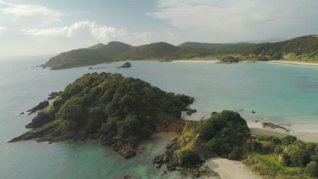 vídeos y material grabado en eventos de stock de con vistas a la playa en northland-nueva zelanda. - fondo turquesa