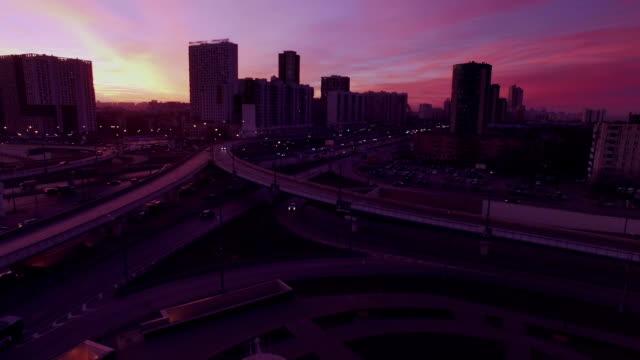 Überführung in urbanen Viertel am Abend